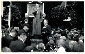 Mgr. Lemmens geeft de zegen. Naast hem, op de foto rechts, pastoor Haesen die het kruisteken maakt